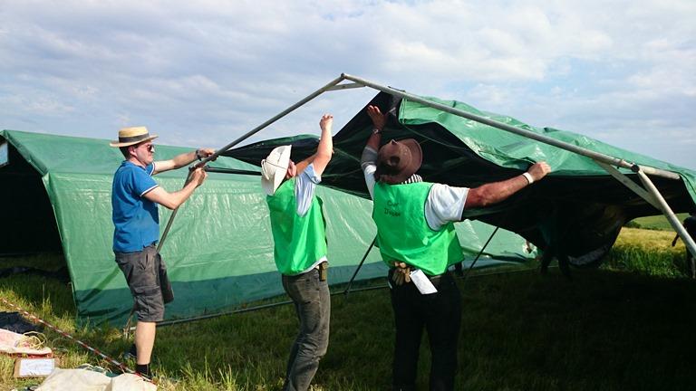 Les monteurs de tentes sur le bivouac